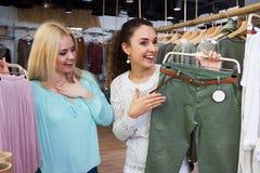 Девушки делая покупки Стоковые Изображения RF