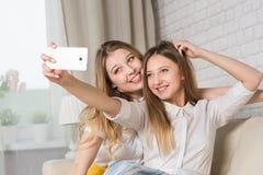 2 девушки делая selfi Стоковые Изображения