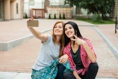 2 девушки делая selfie Стоковое Изображение RF