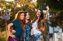 Девушки делая selfie Стоковое фото RF