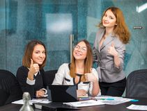 Девушки дела в офисе показывают жест хорош Стоковое Изображение