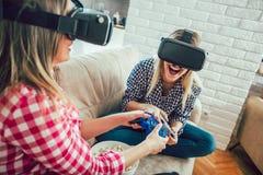 Девушки держат современные приборы, стекла VR Стоковая Фотография RF