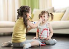 Девушки детей играя доктора дома Стоковое Изображение RF