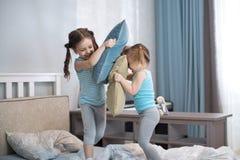 2 девушки детей играя с подушками дома Стоковые Изображения RF