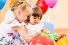 Девушки детей с подарками на вечеринке по случаю дня рождения Стоковое Фото
