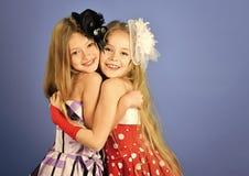 Девушки детей Friednship в платье, семье и сестрах дети обнимают, сестры и друзья, космос экземпляра Стоковое фото RF