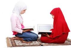 Девушки детеныша мусульманские в традиционном readin одежд Стоковое Фото