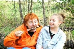 Девушки едят kebab Shish Стоковая Фотография