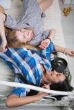Девушки лежа и усмехаясь совместно стоковые изображения