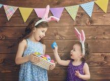 Девушки держат корзину с яичками Стоковые Изображения RF