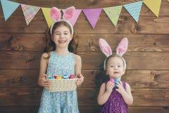 Девушки держат корзину с яичками Стоковое Фото