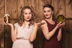 Девушки держат соленья Стоковые Фото