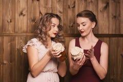 Девушки держат соленья Стоковые Изображения