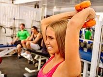 Девушки держа гантели в спортзале спорта Стоковое фото RF