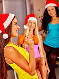 Девушки держа гантели в спортзале спорта Стоковые Изображения