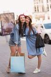 Девушки держа их сумки от магазина Стоковое Изображение