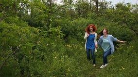 Девушки держа руки и ход видеоматериал