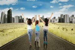 Девушки держа руки совместно на улице Стоковые Фотографии RF