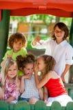 Девушки держа секреты от мальчиков. стоковое изображение