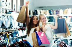 Девушки держа ходя по магазинам бумажные сумки Стоковая Фотография RF