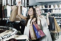 Девушки держа ходя по магазинам бумажные сумки Стоковое фото RF