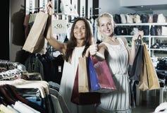 Девушки держа ходя по магазинам бумажные сумки Стоковые Изображения RF