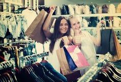 Девушки держа ходя по магазинам бумажные сумки Стоковое Изображение