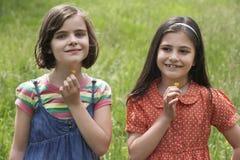 Девушки держа цветки в поле Стоковое фото RF