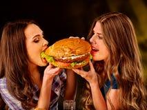 Девушки есть большой сандвич Стоковая Фотография RF