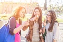 Девушки есть мороженое Стоковые Фото