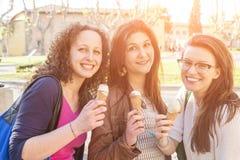 Девушки есть мороженое Стоковая Фотография RF