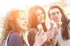 Девушки есть мороженое Стоковые Изображения RF