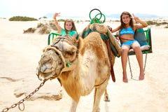 Девушки ехать верблюд в Канарских островах Стоковое Фото