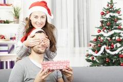 Девушки делают ее парнем подарок рождества Стоковое Изображение RF