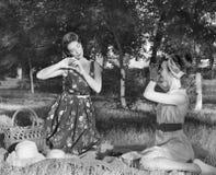 Девушки делают изображения на пикнике ретро Стоковая Фотография