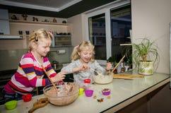 Девушки делая булочки Стоковые Фотографии RF