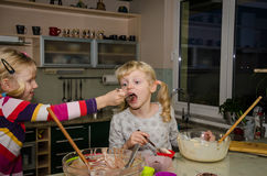 Девушки делая булочки Стоковое фото RF