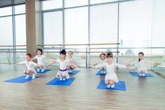 Девушки делая гимнастические тренировки или работая в классе фитнеса Стоковые Изображения