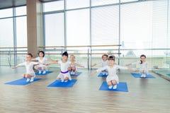 Девушки делая гимнастические тренировки или работая в классе фитнеса Стоковое фото RF
