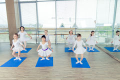 Девушки делая гимнастические тренировки или работая в классе фитнеса Стоковое Изображение RF