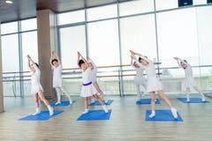 Девушки делая гимнастические тренировки или работая в классе фитнеса Стоковая Фотография RF