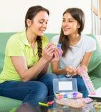 Девушки делая декоративные браслеты Стоковые Изображения RF