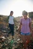 Девушки делая их горный склон пути вниз Стоковое Изображение