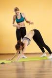 Девушки делая йогу в спортзале Стоковое Изображение RF