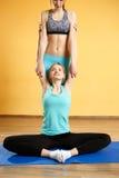 Девушки делая йогу в спортзале Стоковая Фотография RF