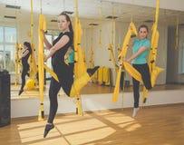 Девушки делая йогу и раздумье Стоковые Изображения RF