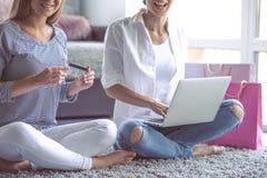 Девушки делая покупки Стоковое фото RF