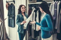 Девушки делая покупки Стоковые Фото