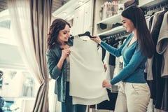 Девушки делая покупки Стоковые Фотографии RF
