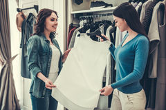 Девушки делая покупки Стоковое Фото